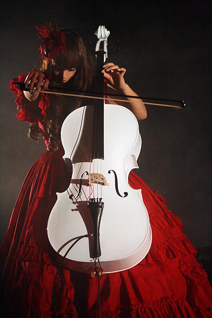 Kanon playing the cello (3)