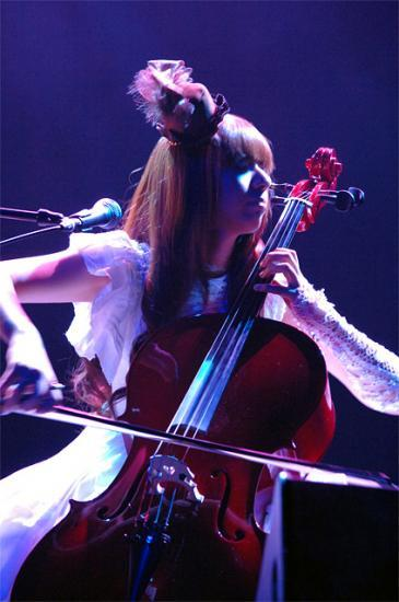 Kanon playing the cello (1)