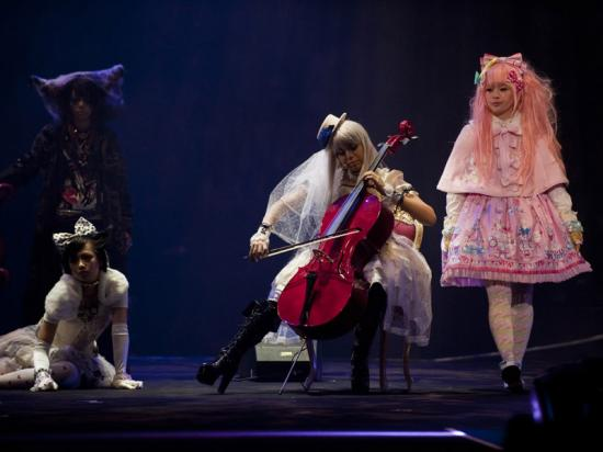 Kanon playing the cello (4)